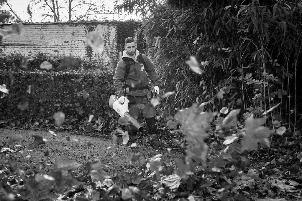 Ramassage de feuilles en zéro émission. Design extérieur, portrait noir et blanc en lumière naturelle. Namur, novembre 2018. Aurore Delsoir, photographe d'entreprise. reportage d'entreprise