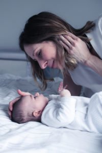 Portrait d'un nouveau-né. Lumière naturelle et sans accessoire. Louise, Wavre, Novembre 2018. Aurore Delsoir Photographe en Bruxelles et Wallonie