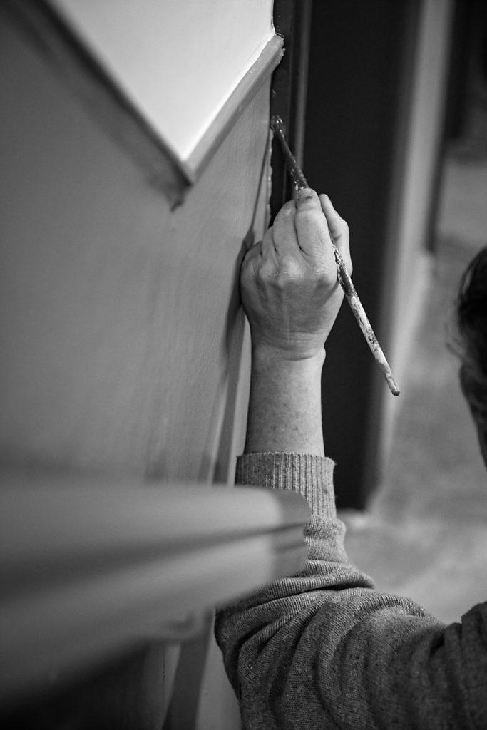 Travail de peinture, Portrait d'entrepreneur, Christian Delhausse, Couleur Passion. Portrait noir et blanc, lumière naturelle. Aurore Delsoir Photographe d'entreprise