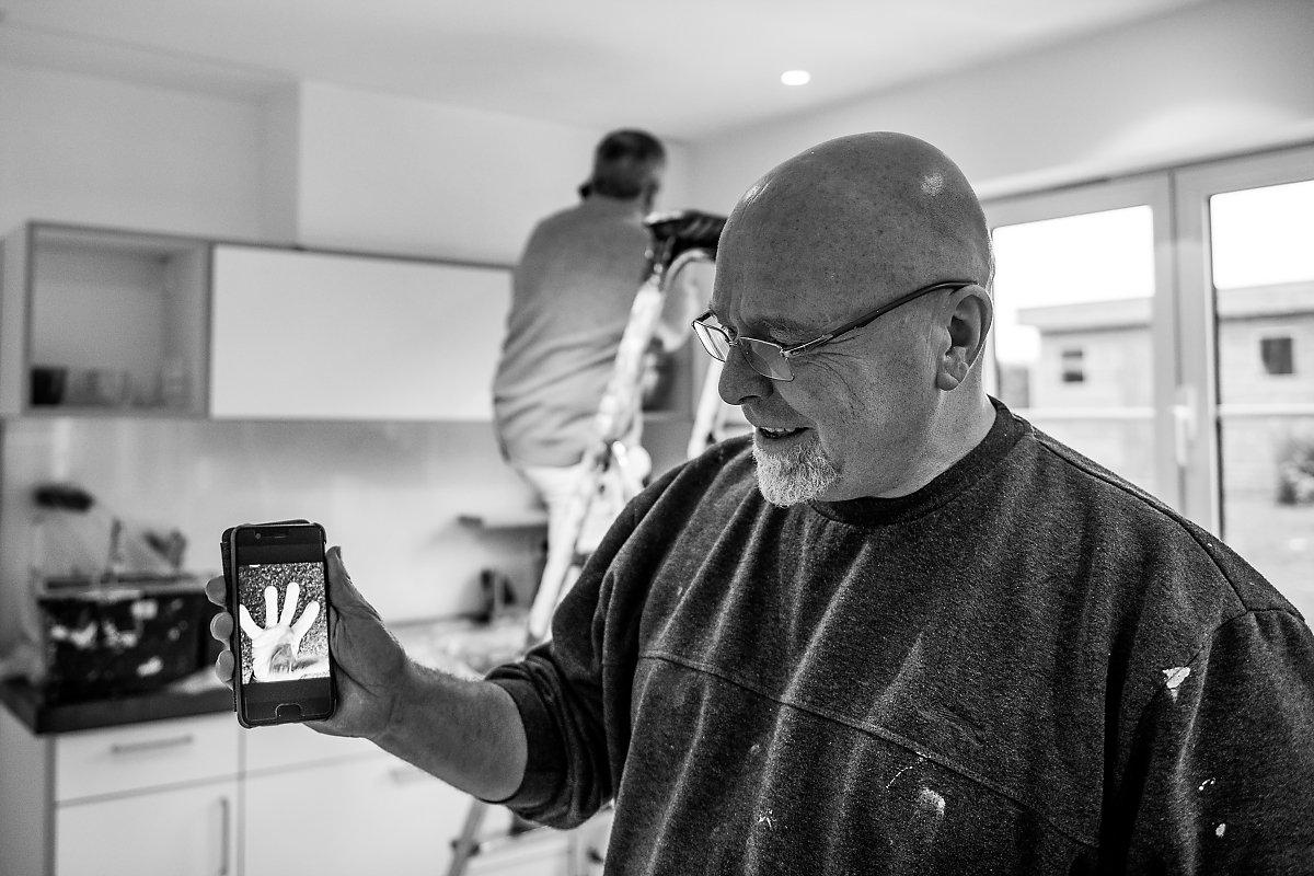 """Christian Delhausse et ses """"travaux"""" de peinture, Portrait d'entrepreneur, Christian Delhausse, Couleur Passion. Portrait noir et blanc, lumière naturelle. Aurore Delsoir Photographe d'entreprise"""