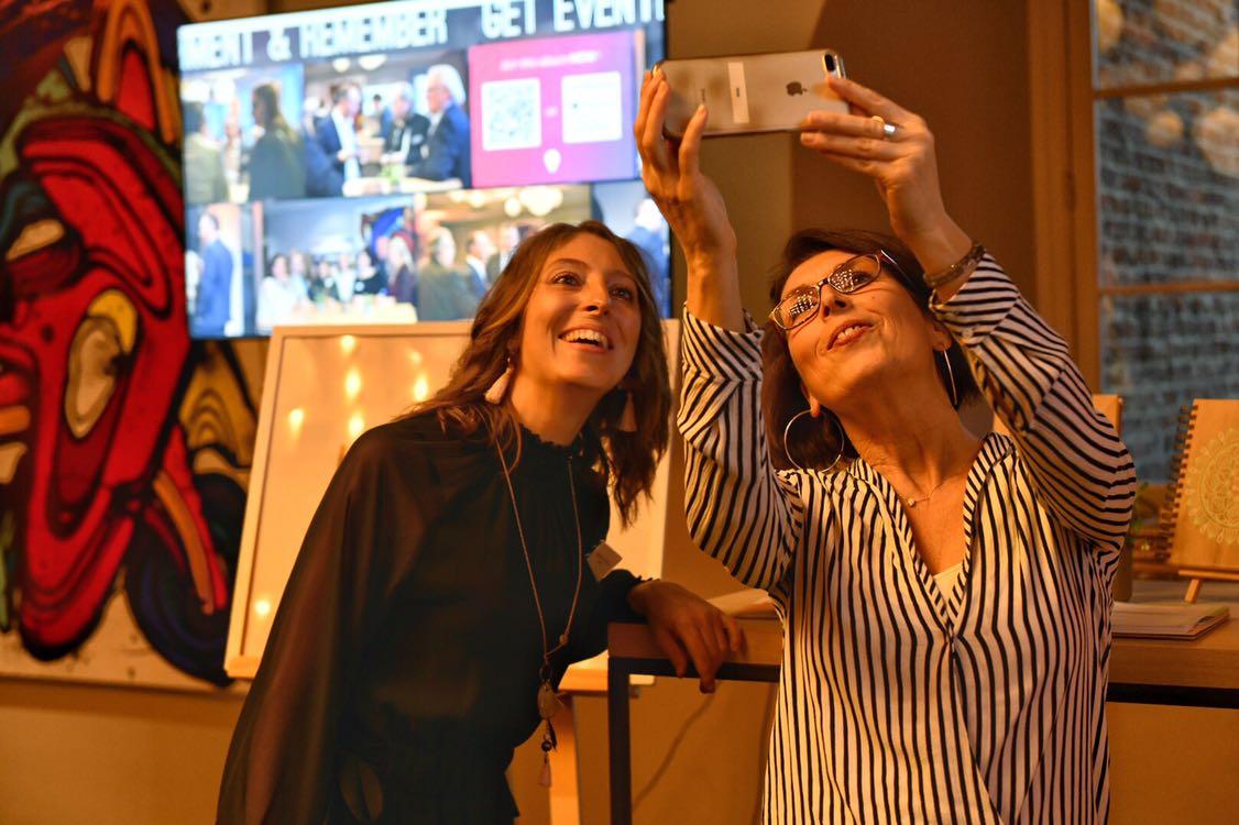 Happy Flow devant un écran Eventer à la Nuit des Entrepreneurs Inspirants Liège, par Aurore Delsoir Photographe d'entreprise
