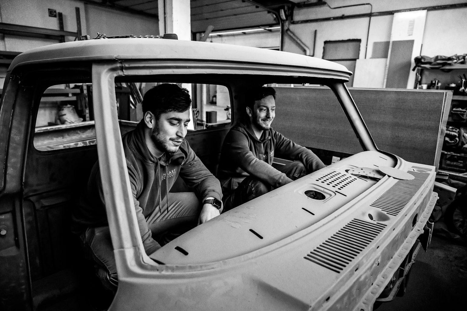 Benjamin et Bertrand dans une Classic Car américaine, Ben & Art Construction, Portrait d'entrepreneur, Aurore Delsoir photographe d'entreprise