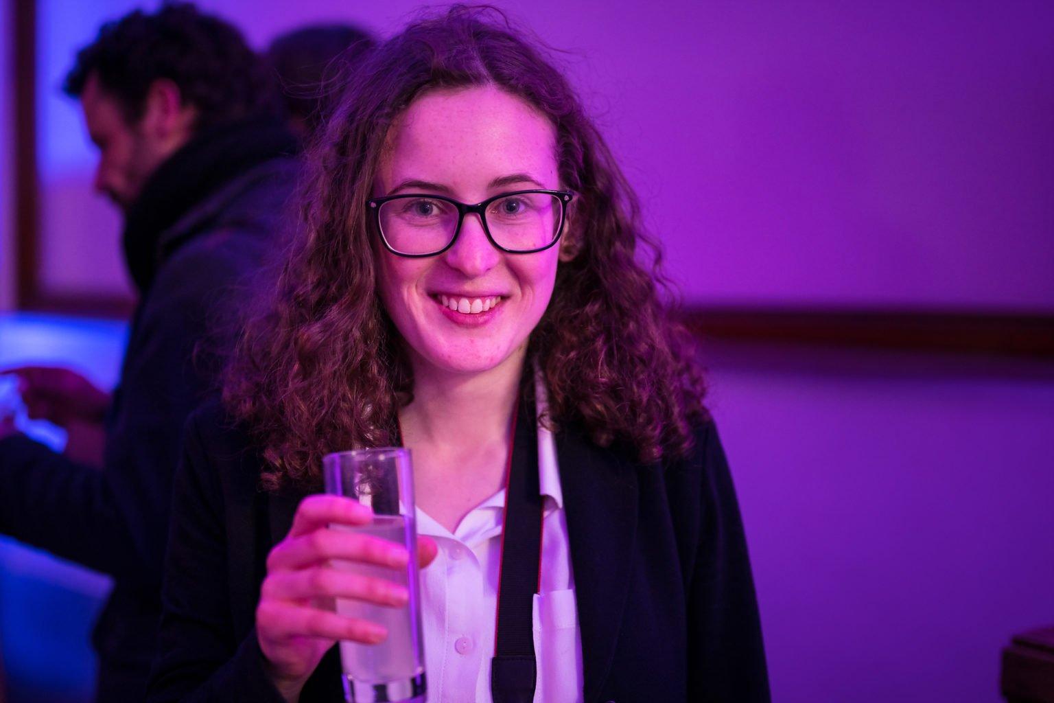 Coralie henderyckx, stagiaire en dernière année photographie à l'IATA,  lors de l'inauguration du FabLab de Charleroi, événement d'entreprise par Aurore Delsoir photographe d'entreprise à Bruxelles et en Wallonie