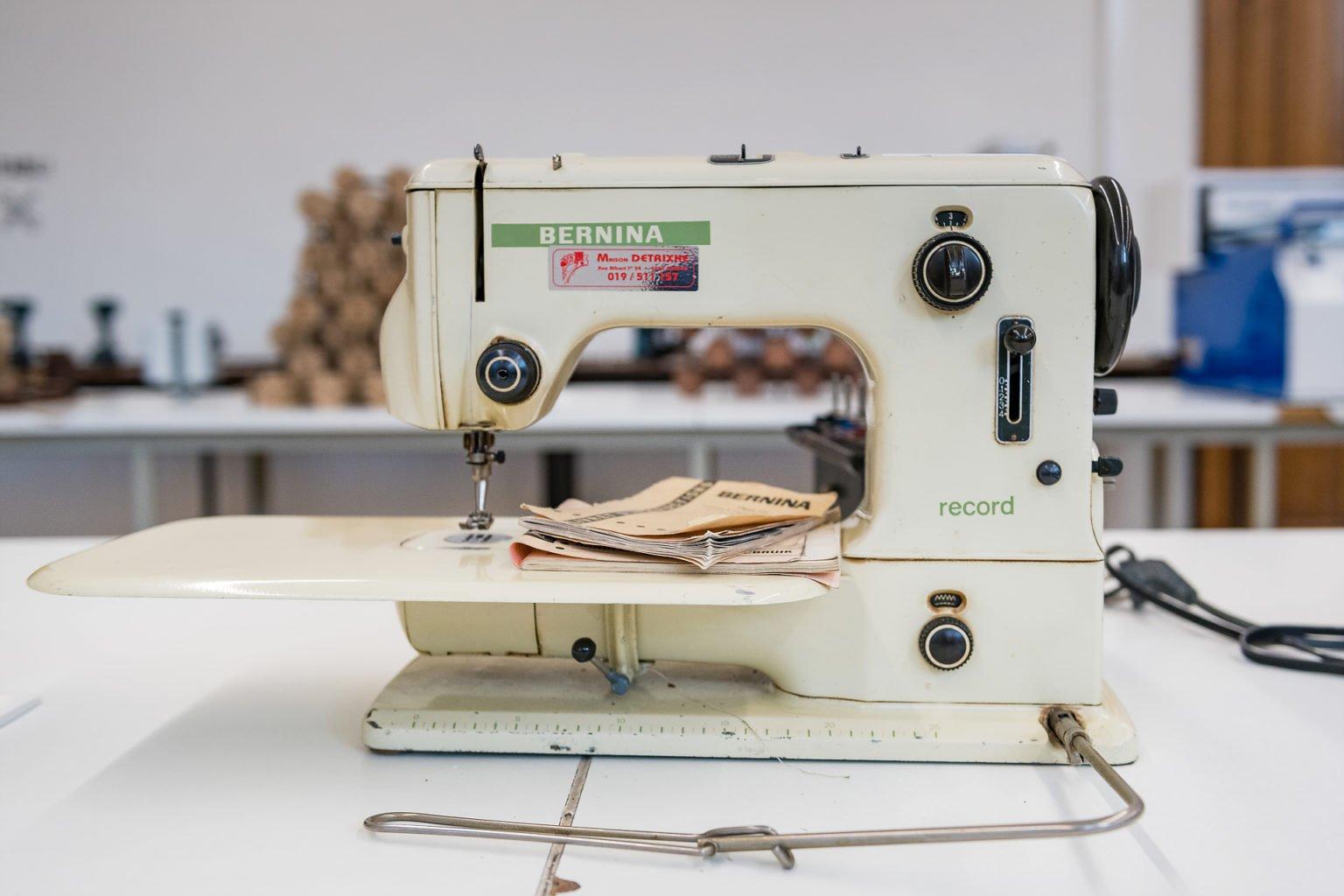 Machine à coudre Bernina, inauguration du FabLab de Charleroi, événement d'entreprise par Aurore Delsoir photographe d'entreprise à Bruxelles et en Wallonie