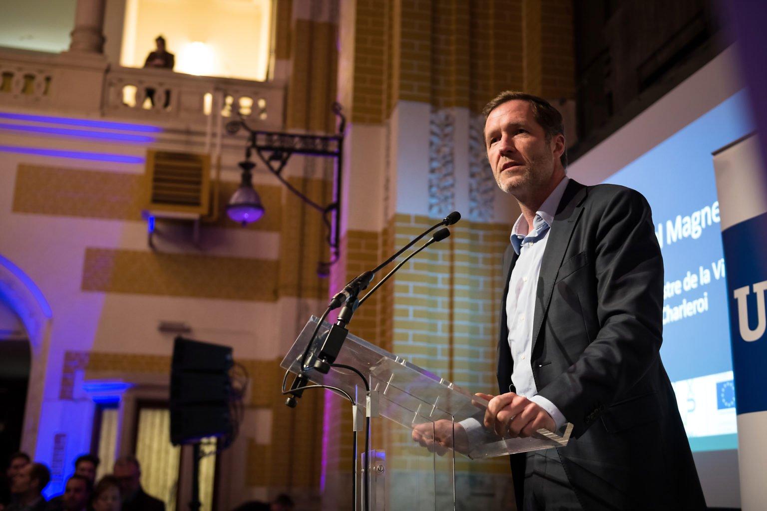 Discours de Paul magnette, Bourgmestre de Charleroi lors de l'inauguration du FabLab de Charleroi, événement d'entreprise par Aurore Delsoir photographe d'entreprise à Bruxelles et en Wallonie