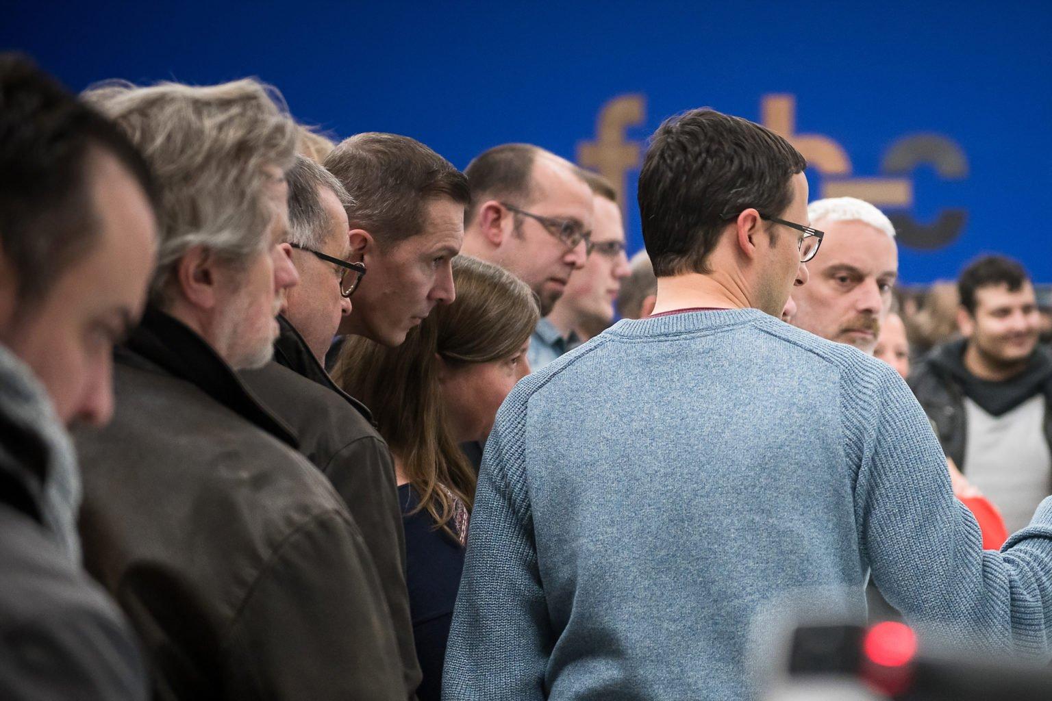 Démonstration et explication lors de l'inauguration du FabLab de Charleroi, événement d'entreprise par Aurore Delsoir photographe d'entreprise à Bruxelles et en Wallonie