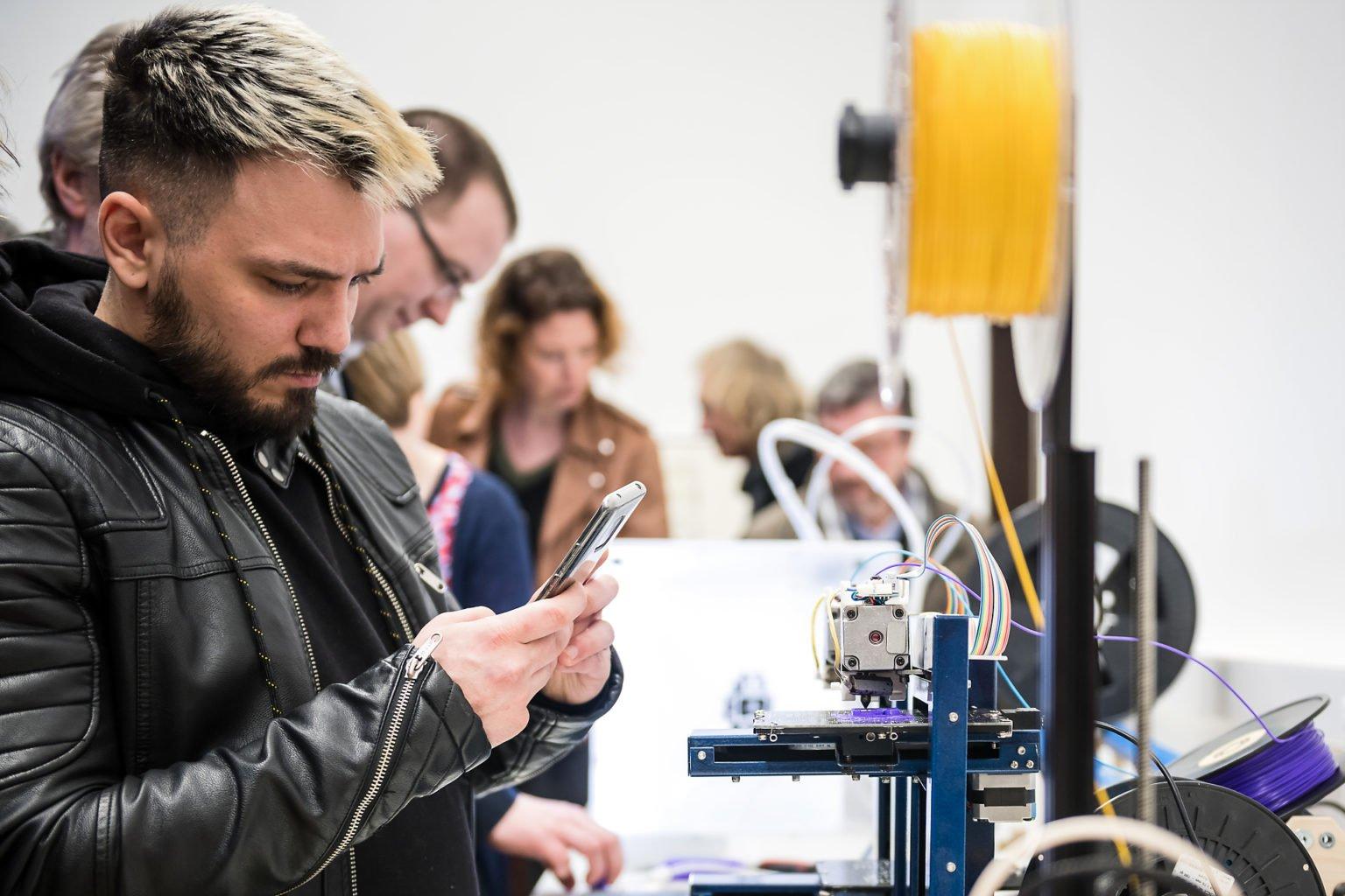 Imprimante 3D, Démonstration lors de l'inauguration du FabLab de Charleroi, événement d'entreprise par Aurore Delsoir photographe d'entreprise à Bruxelles et en Wallonie