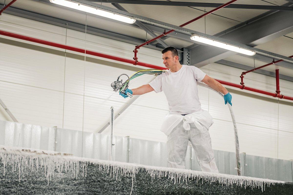Projection de polyester sur le moule de la piscine Monoblock, Usine de construction de piscines Starline, reportage d'entreprise, Aurore Delsoir Photographe d'entreprise.