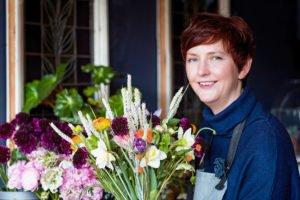 Mélanie Monnard au travail ; création d'un bouquet de printemps, Aurore Delsoir Photographe d'entreprise