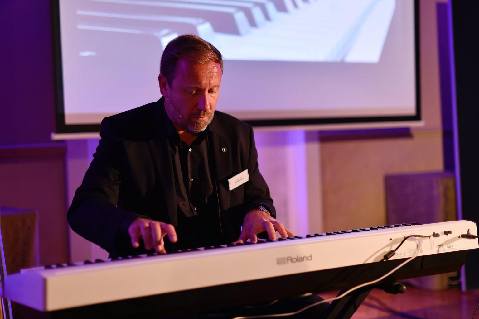 Cyril Jamelot de Morphoblue au piano pour expliquer l'essence du story telling, Nuit des Entrepreneurs inspirants, Namur, 26 mars 2019