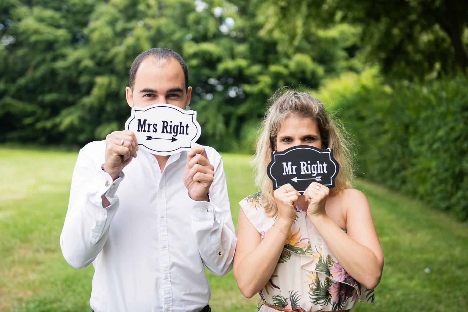 Coralie et David, un mois avant leur mariage, avec des accessoires sympas. Séance d'enagagement et reportage photographique par Aurore Delsoir photographe