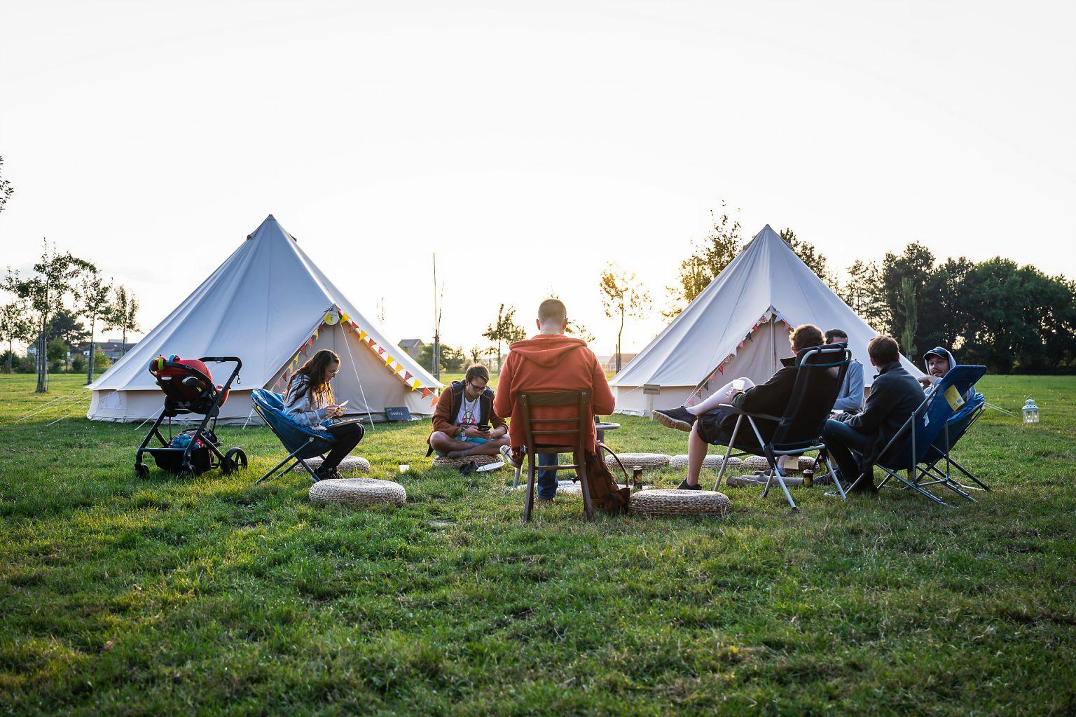 Vue sur les tipis des équipes au Domaine de Graux, Hack in the Woods 2019 par Aurore Delsoir photographe corporate
