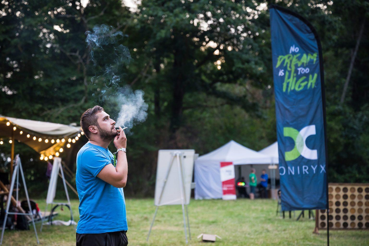 Pause cigarette et réflexion avant de se remettre au développement d'une solution pour une ONG, Hack in the Woods 2019 par Aurore Delsoir photographe corporate