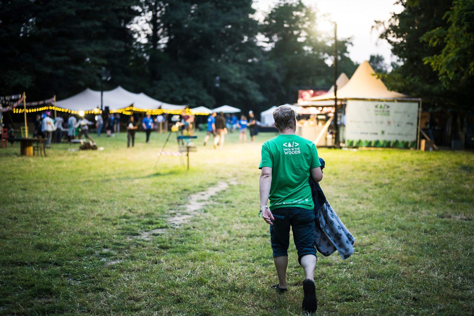 Vue de l'entrée au festival Hack in the Woods 2019 de nuit par Aurore Delsoir photographe corporate