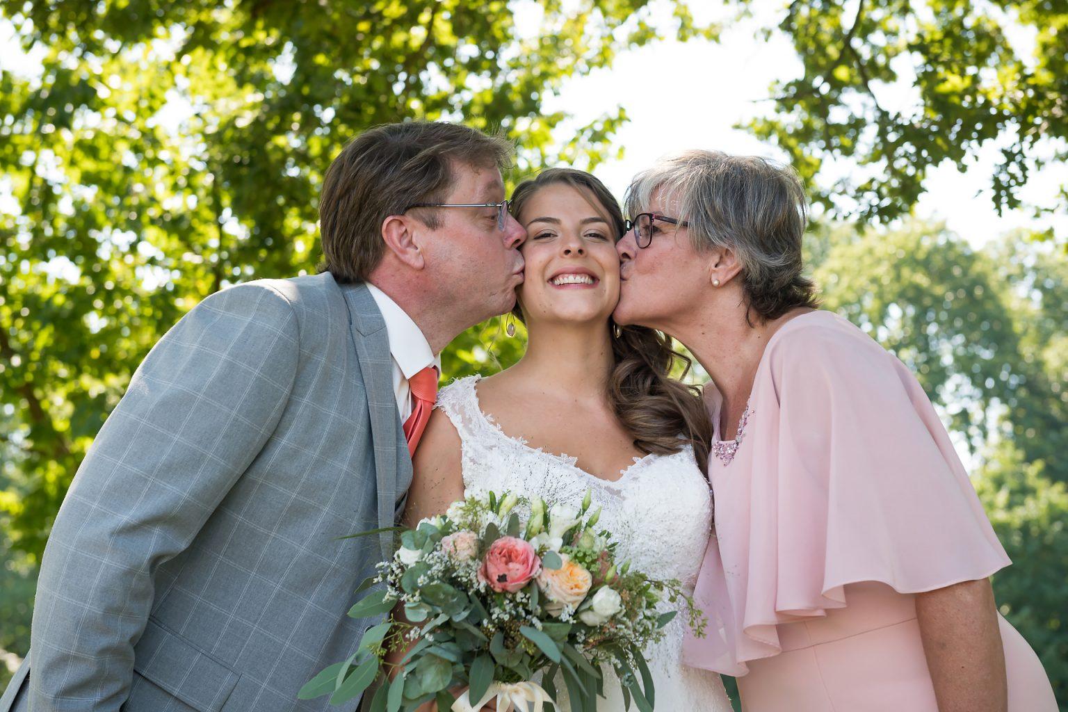 Photo de famille lors d'un mariage, Mariage de Jennifer et Benjamin, Aurore Delsoir photographe événementiel