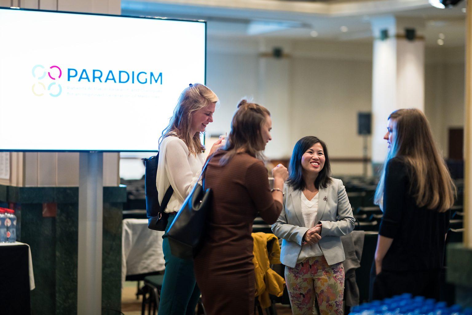 Discussion entre participants lors du reportage de l'événement PEOF par Aurore Delsoir photographe événementiel