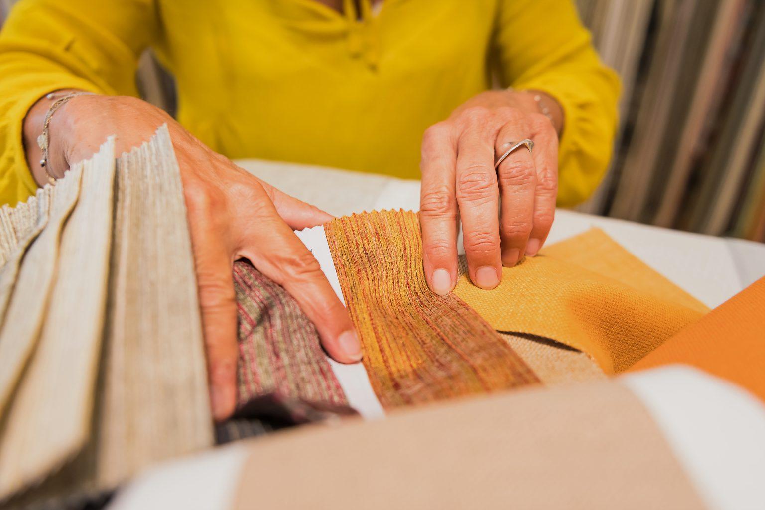 Choix des tissus pour Isabelle Dubois, architecte d'intérieur lors d'un portrait d'entrepreneur au quotidien