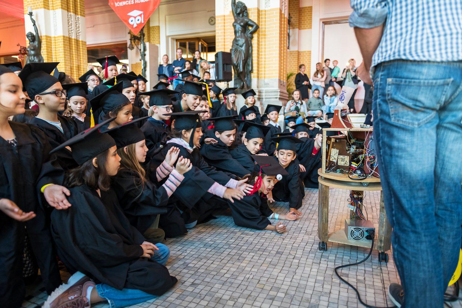 Université des Enfants de Charleroi ; démonstration d'un robot. Reportage photographique de l'événement par Aurore Delsoir photographe événementiel