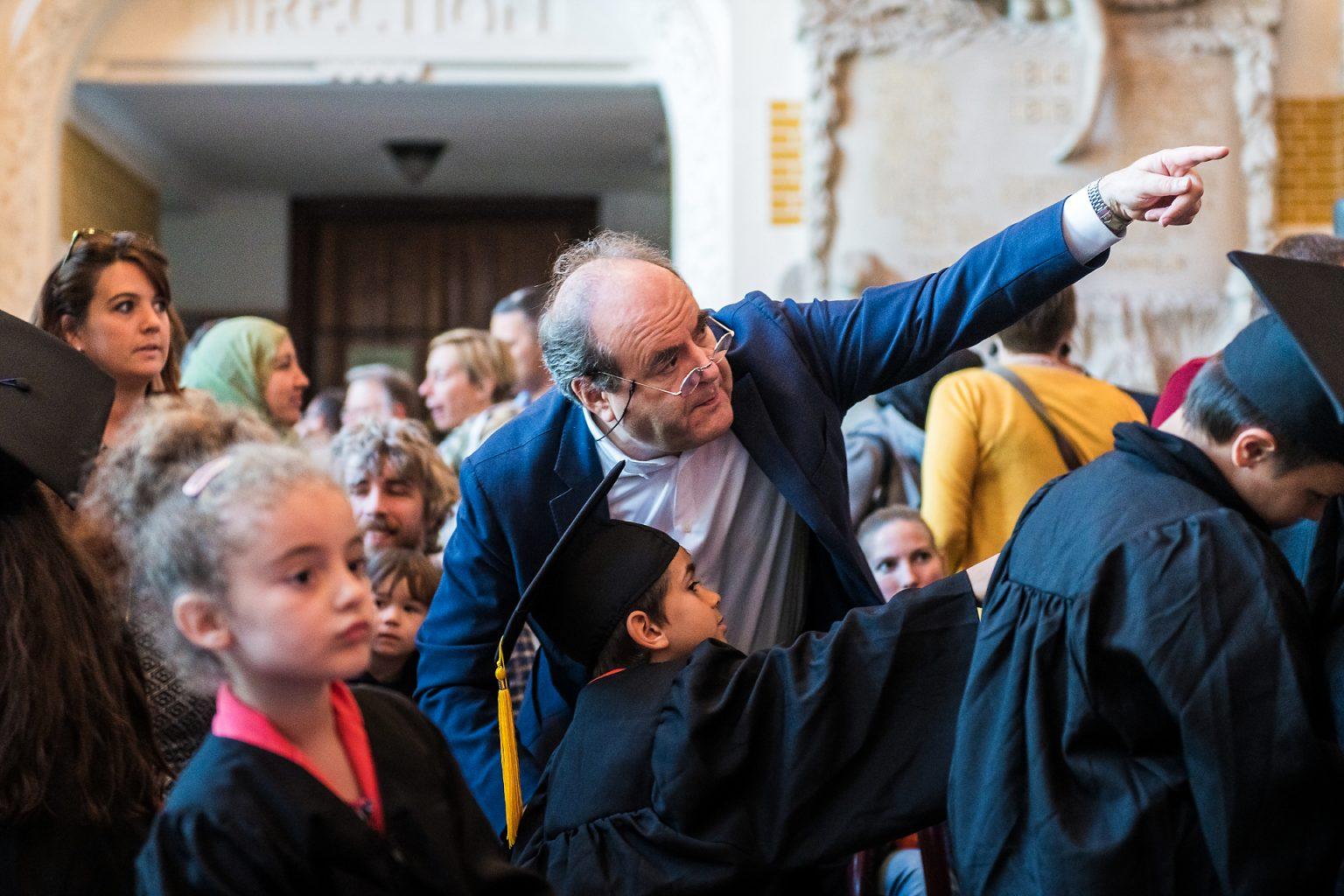 """Université des Enfants de Charleroi : le recteur Yvon Englert et un """"étudiant"""". Reportage photographique de l'événement par Aurore Delsoir photographe événementiel"""
