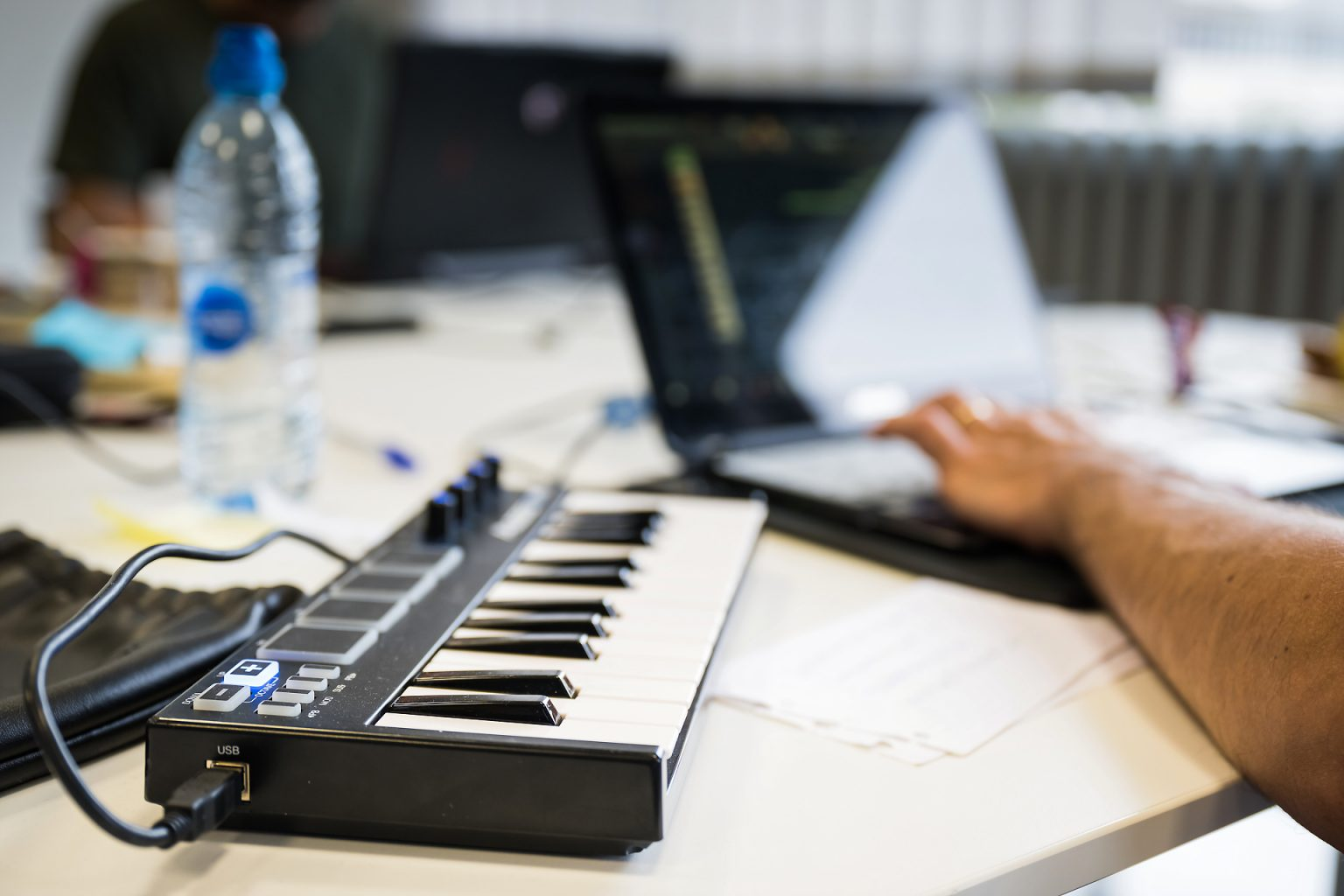 Programmation musicale pour un jeu vidéo, Kiss You Teacher Game Jam, reportage par Aurore Delsoir photographe événementiel