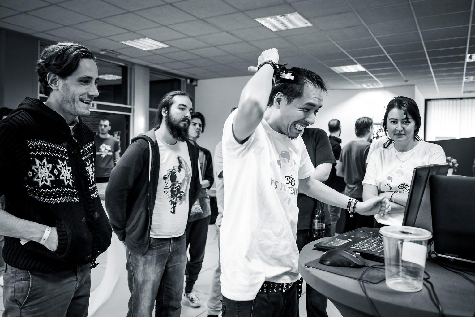 Les participants au KYT5 testent les jeux créés au terme des 48 heures de développement, Kiss You Teacher Game Jam, reportage par Aurore Delsoir photographe événementiel