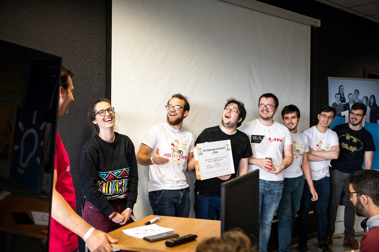 "Remise des prix du KYT5 à l'équipe Duploxels pour son jeu ""DoubleKnoxel"" et l'équipe TSD pour son jeu ""Magneto"", Kiss You Teacher Game Jam, reportage par Aurore Delsoir photographe événementiel"