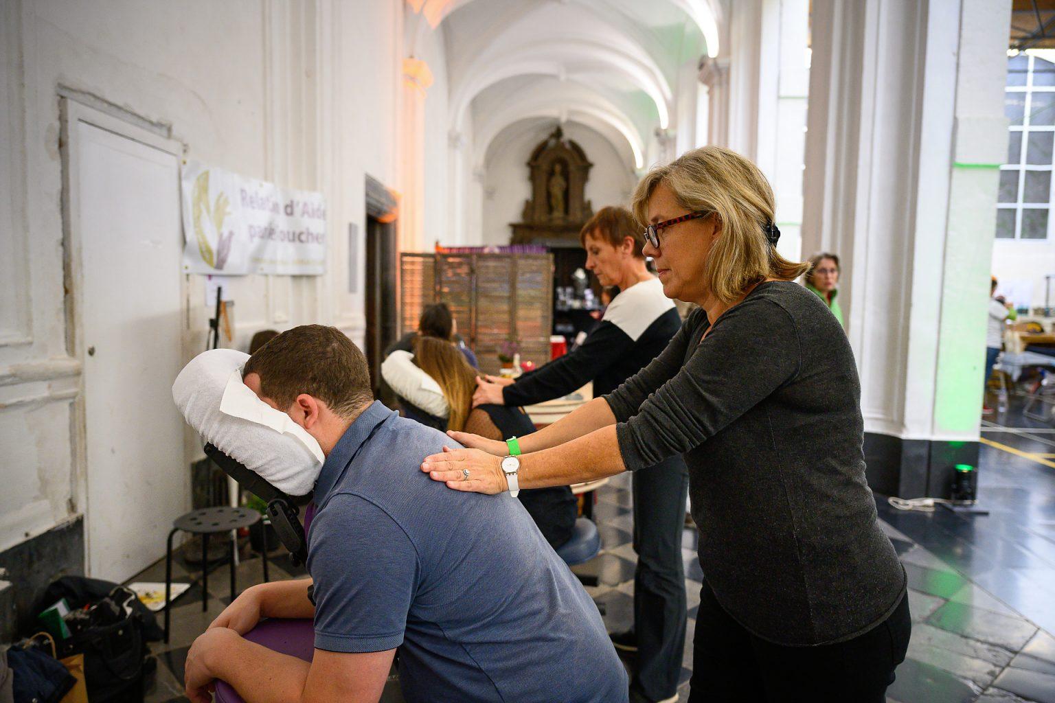 Massage assis au Salon Côté Bine-Etre, Abbaye de Floreffe, reportage événementiel par Aurore Delsoir photographe événementiel