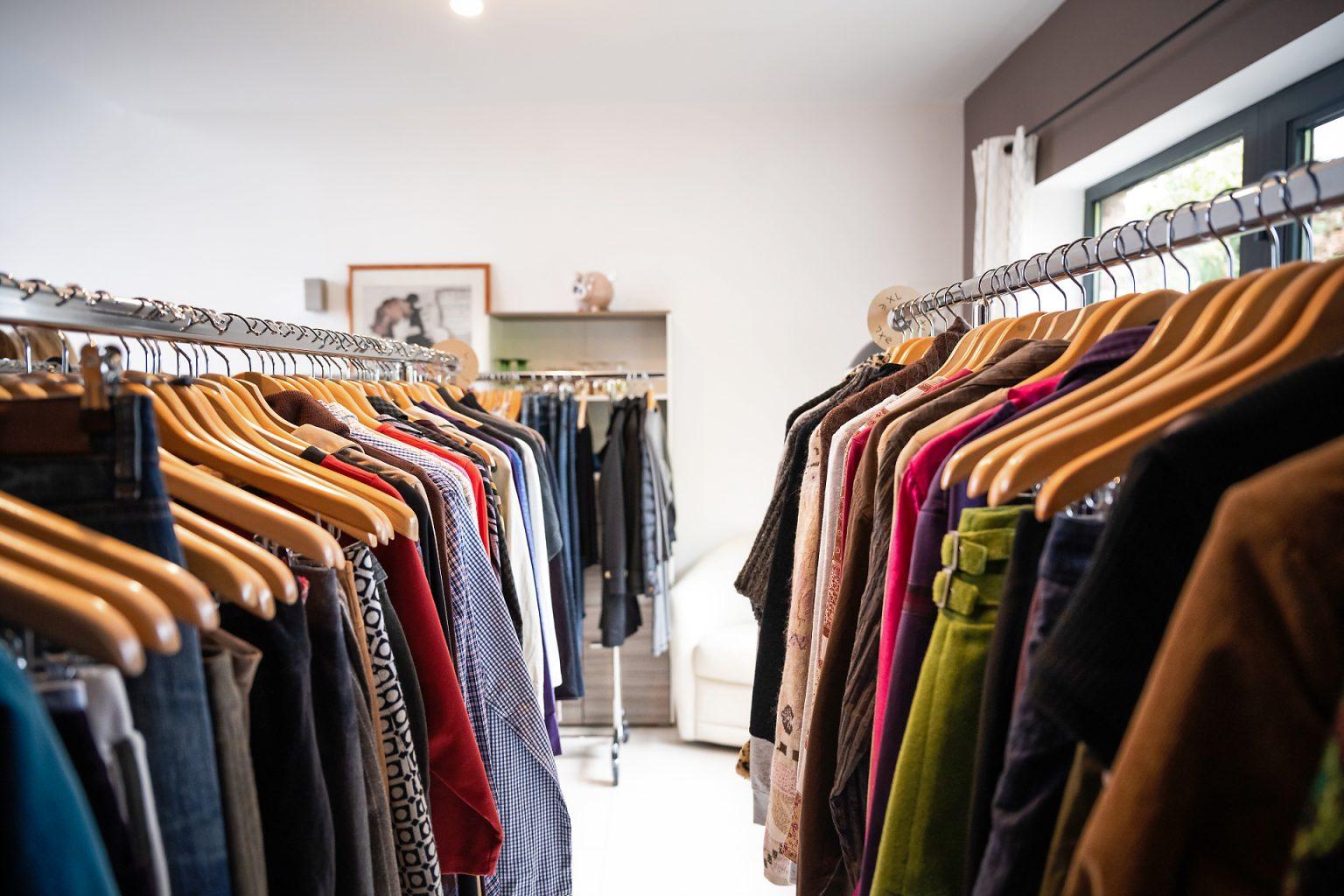 Vues des tringles de vêtements. Reportage : Shar'In, vente de vêtements d'occasion à domicile par Aurore Delsoir photographe d'entreprise