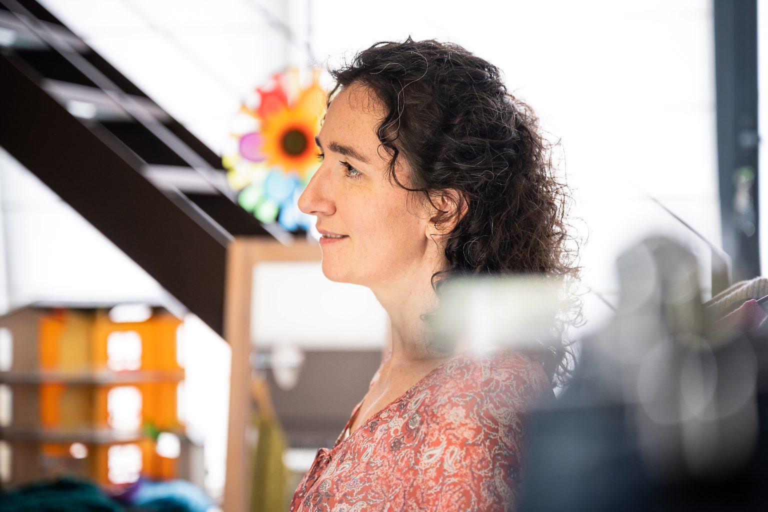 Anne-Sarine Limpens lors d'une vente Shar'In. Reportage en situation par Aurore Delsoir photographe d'entreprise