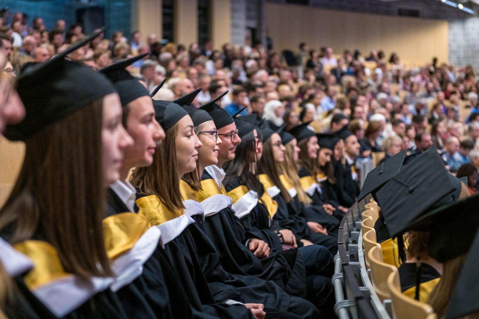 Vue sur les étudiants, Proclamation de la promotion des Facultés de Lettres, traduction et Communication 2018-2019 (ULB), par Aurore Delsoir Photographe corporate