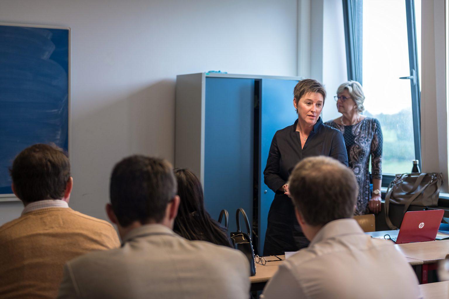 Sylvie Duroisin directire du département comptabilité de la HelHA présentant la section Comptabilité de l'HelHA, Rencontres Anciens-Etudiants à l'HelHA Mons, par Aurore Delsoir photographe d'entreprise