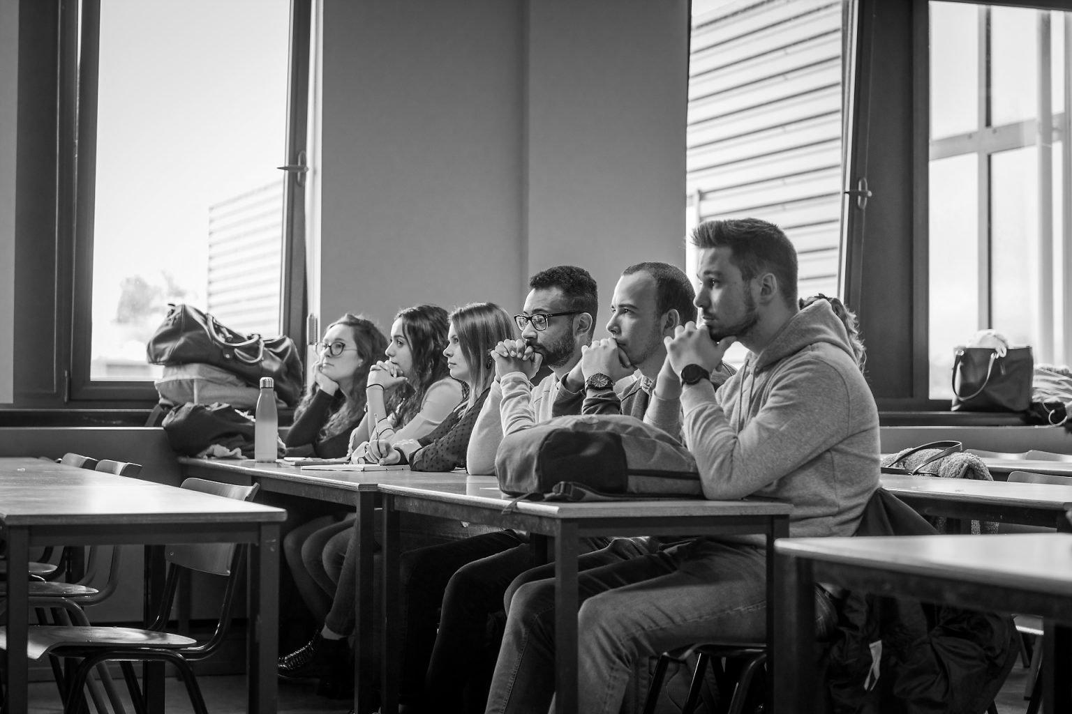Etudiants attentifs lors d'une table ronde, Rencontres Anciens-Etudiants à l'HelHA Mons, par Aurore Delsoir photographe d'entreprise