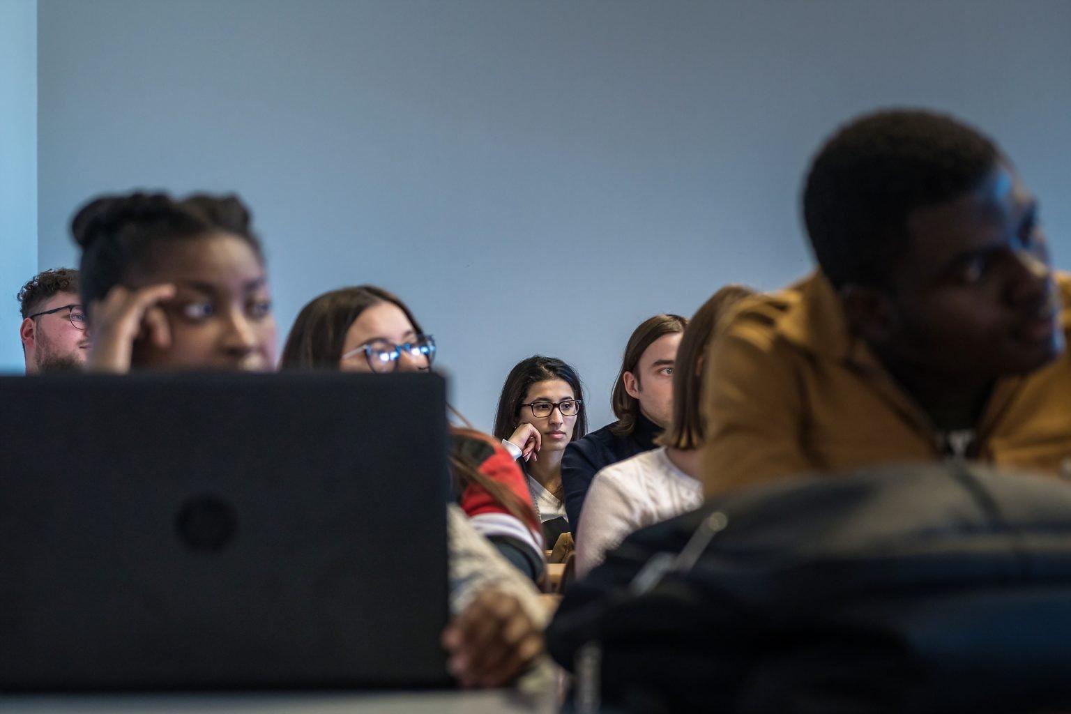 Etudiants assistant à une table ronde, Rencontres Anciens-Etudiants à l'HelHA Mons, par Aurore Delsoir photographe d'entreprise