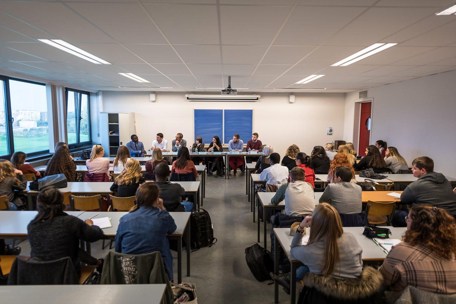 Table ronde Fiduciaire, Rencontres Anciens-Etudiants à l'HelHA Mons, par Aurore Delsoir photographe d'entreprise