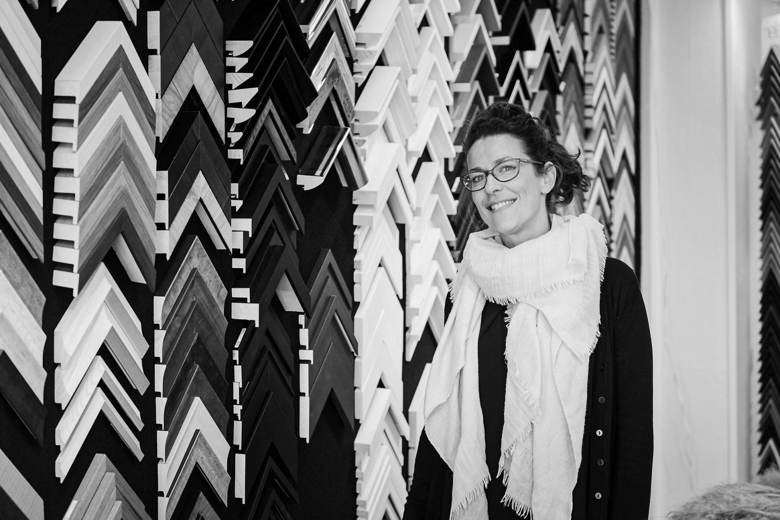 """Portrait d'Elodie Delsoir, Des Cadres et  de l'Art par Aurore Delsoir photographe. Projet """"Ce(ux) qui m'entoure(nt)"""", noir et blanc, lumière naturelle"""