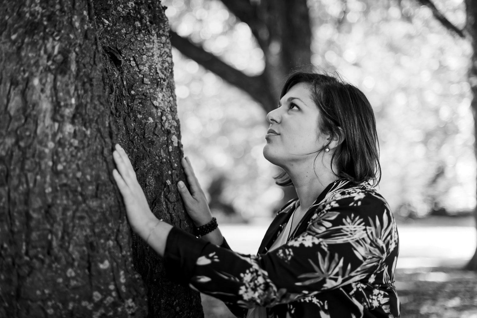 """Portrait d'Anne Body, Coach. """"Ce(ux) qui m'entoure(nt), projet en noir et blanc par Aurore Delsoir photographe"""