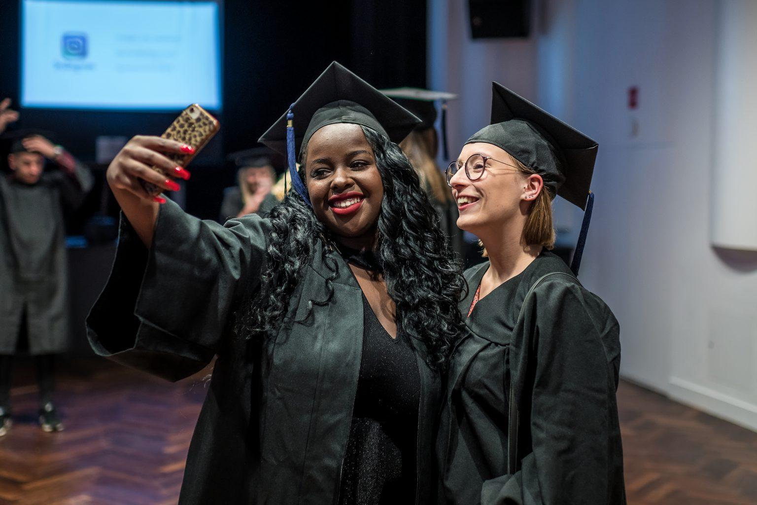 Préparatifs et selfie en attendant la cérémonie, remise de diplômes de la proclamation 2018-2019 de la FUCaM, par Aurore Delsoir Photographe Corporate
