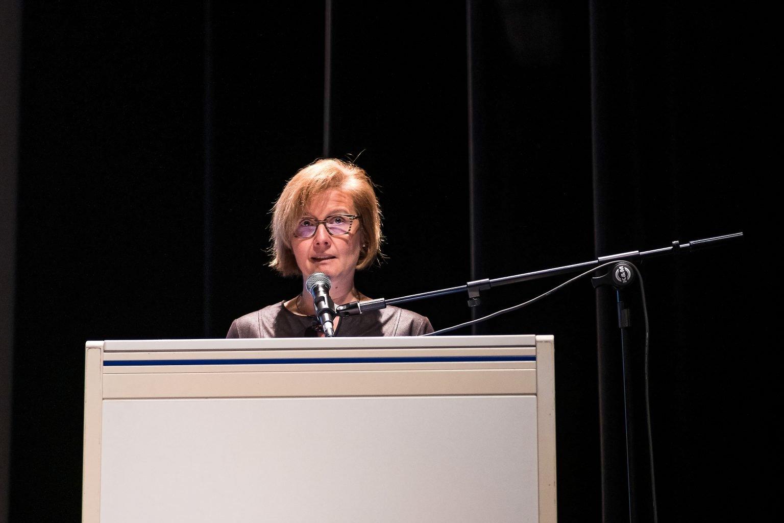 Madame Françoise Saint-Ghislain, co-fondatrice de Co-Guest House, discours lors de la remise de diplômes de la proclamation 2018-2019 de la FUCaM, par Aurore Delsoir Photographe Corporate