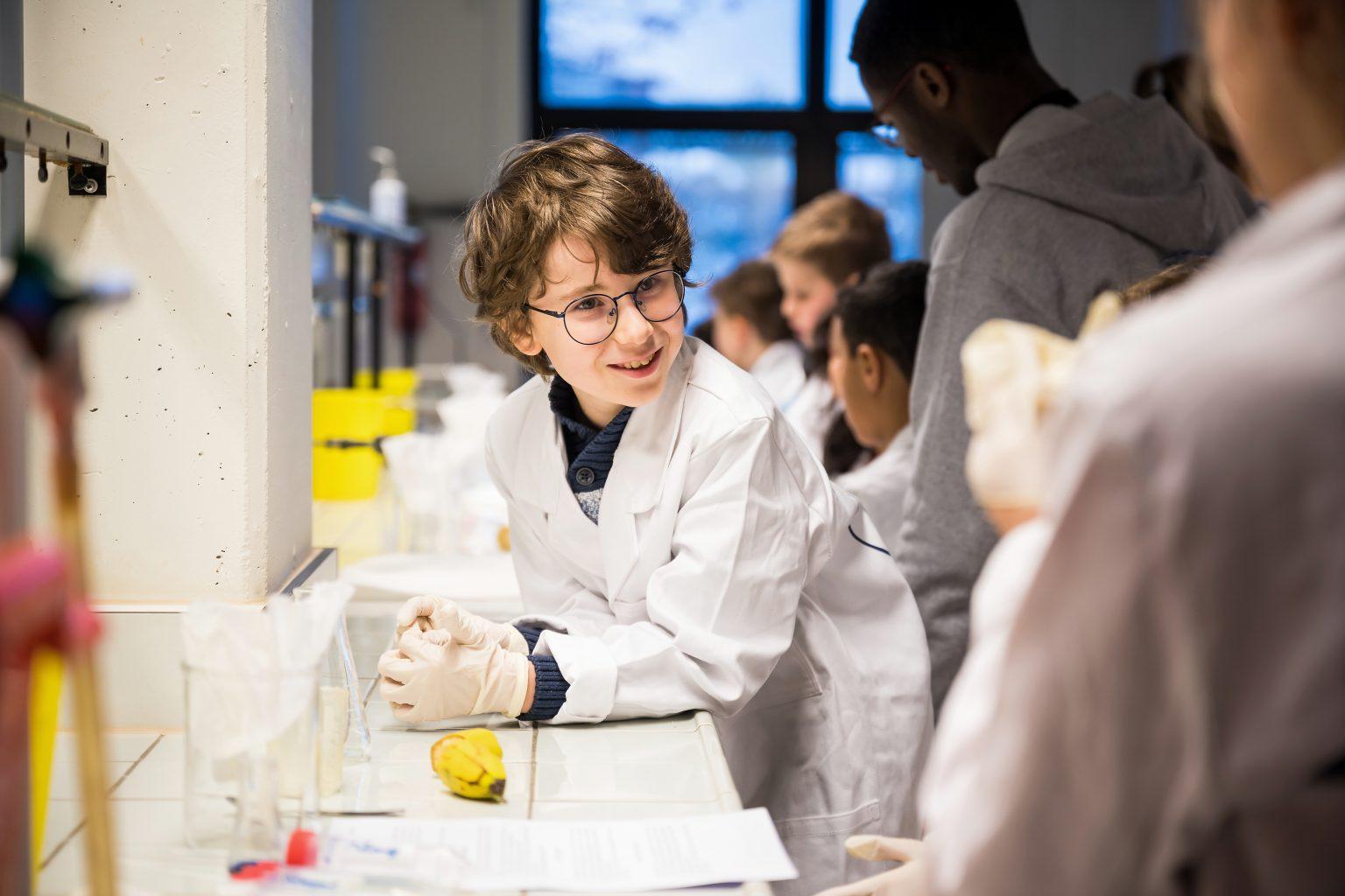 Amusement et intérêt pour les ateliers,Ateliers scientifiques de l'UDEC au Biopark deCharleroi, Aurore Delsoir photographe corporate