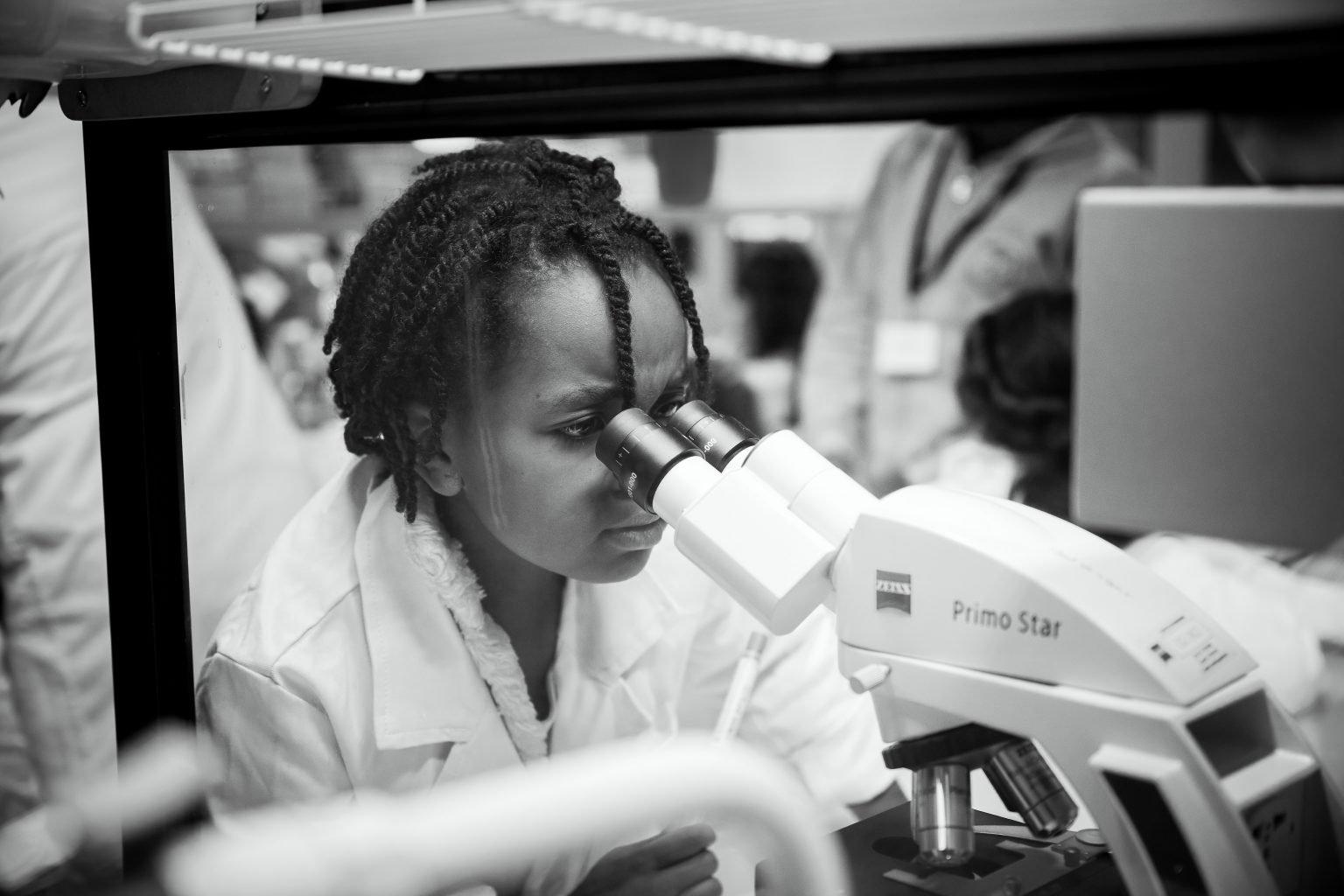 Observation attentive au microscope, Ateliers scientifiques de l'UDEC au Biopark deCharleroi, Aurore Delsoir photographe corporate