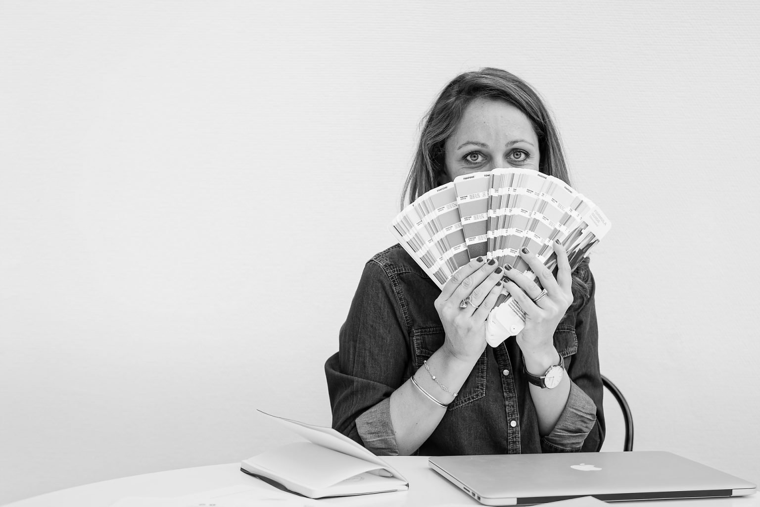 Eléonore Camaret jouant avec les Pantone, Portrait part Aurore Delsoir photographe