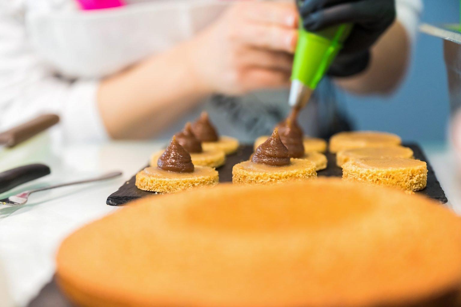 """Confection d'un """"Mont-Blanc"""" au Pavillon français, Salon Mondial de la confiserie et des Snacks 2020 par Aurore Delsoir photographe corporate"""