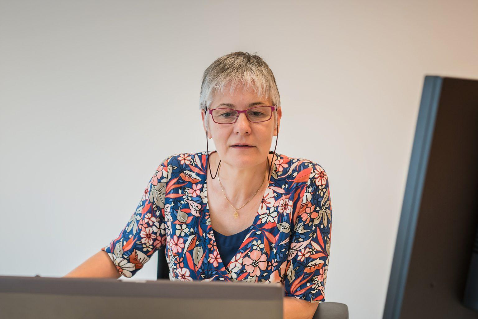 Isabelle Van Regenmoorter au travai, dans les bureaux de Business Assistance