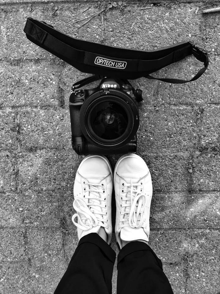 Autoportrait pieds et appareil photo-Aurore Delsoir, photo d'activité d'entrepreneur au smartphone