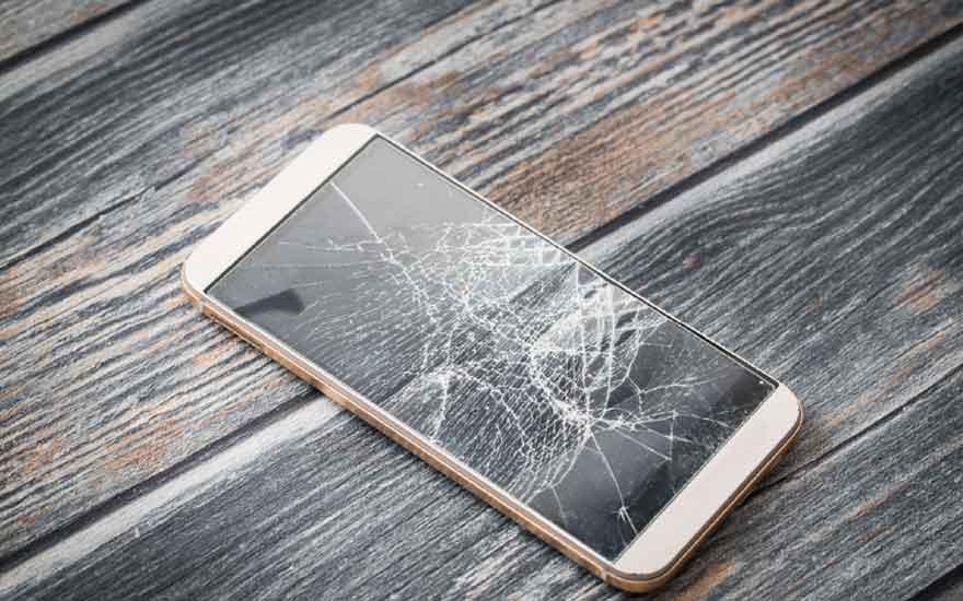 Smartphone cassé, l'idée à bannir si on veut une photo réussie de son activité d'entrepreneur avec un smartphone