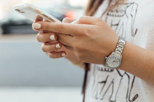 Bien tenir son smartphone avec les deux mains, une garantie pour une photo réussie de son activité d'entrepreneur avec un smartphone