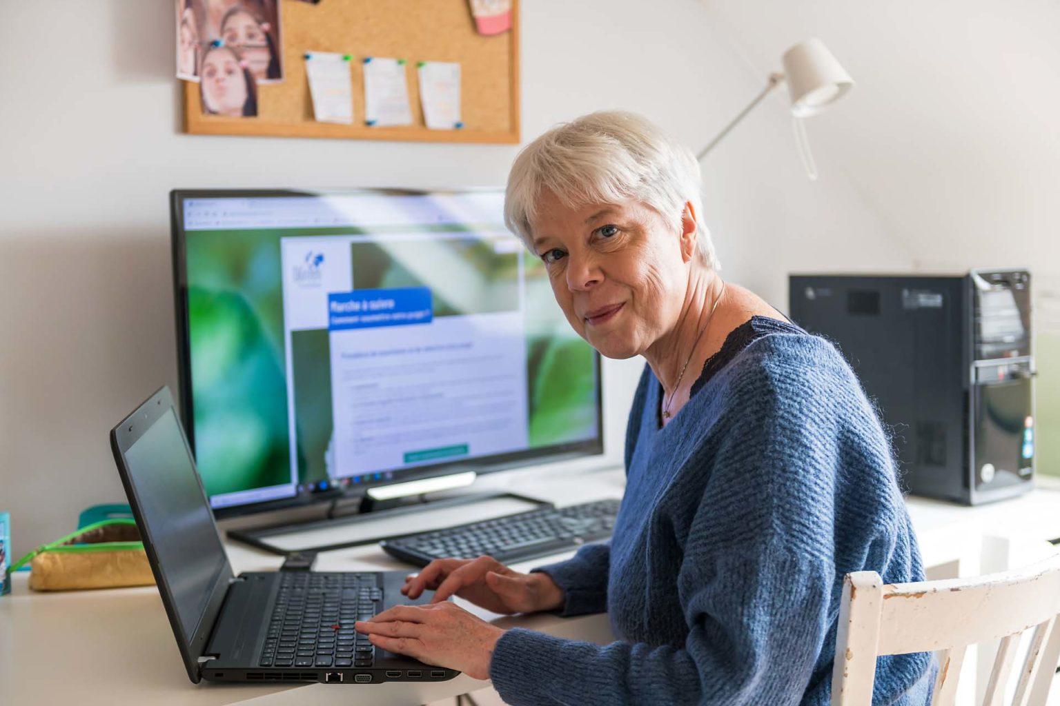 Pascale Van Obberghen à l'écriture devant son ordinateur