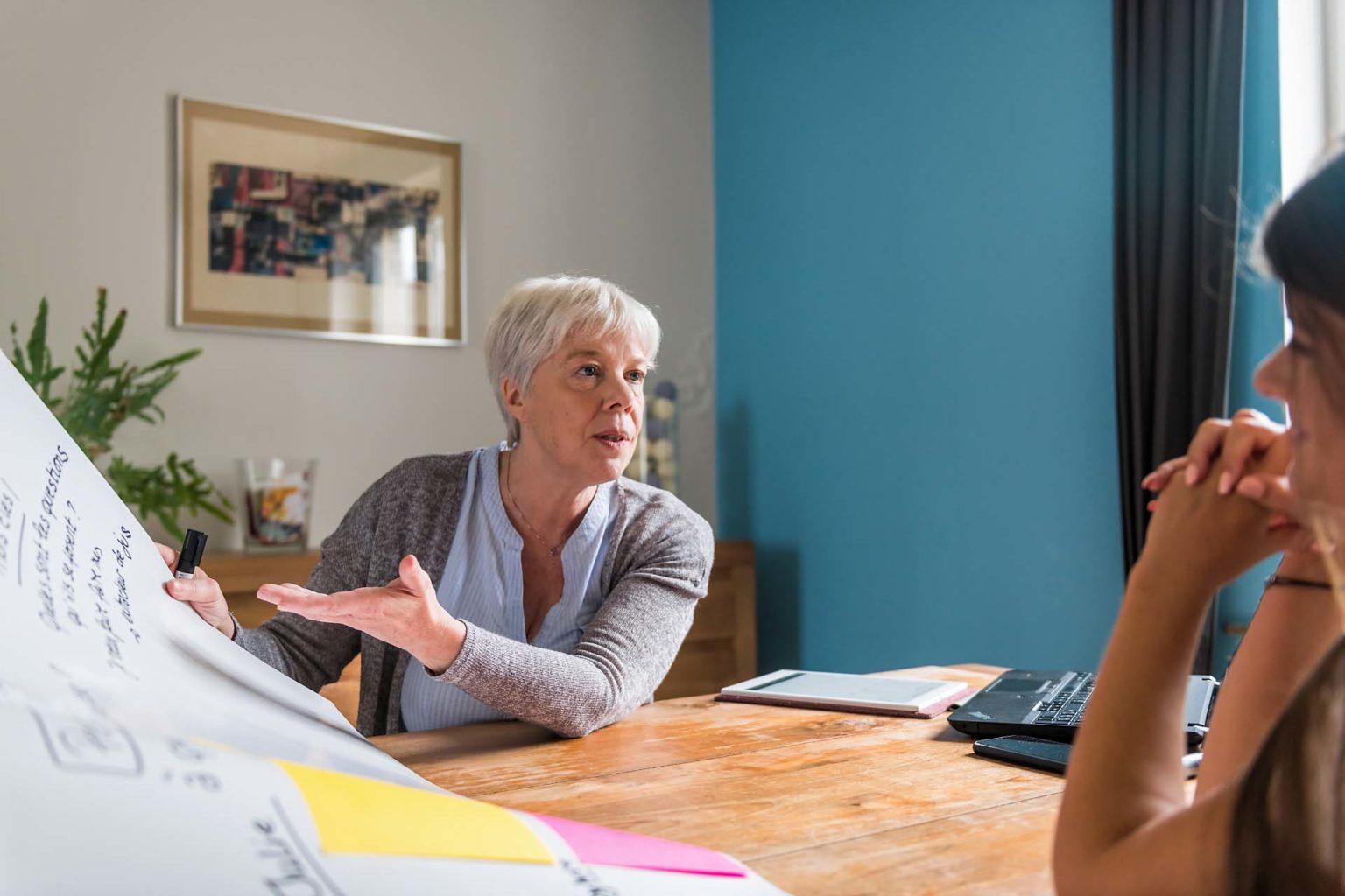 Pascale Van Obberghen en réunion où l'on parle de la communication