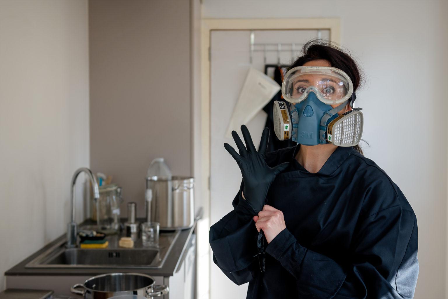 Aline Assadourian en train de préparer la soude pour ses savons Alinessence, par Aurore Delsoir photobiographe