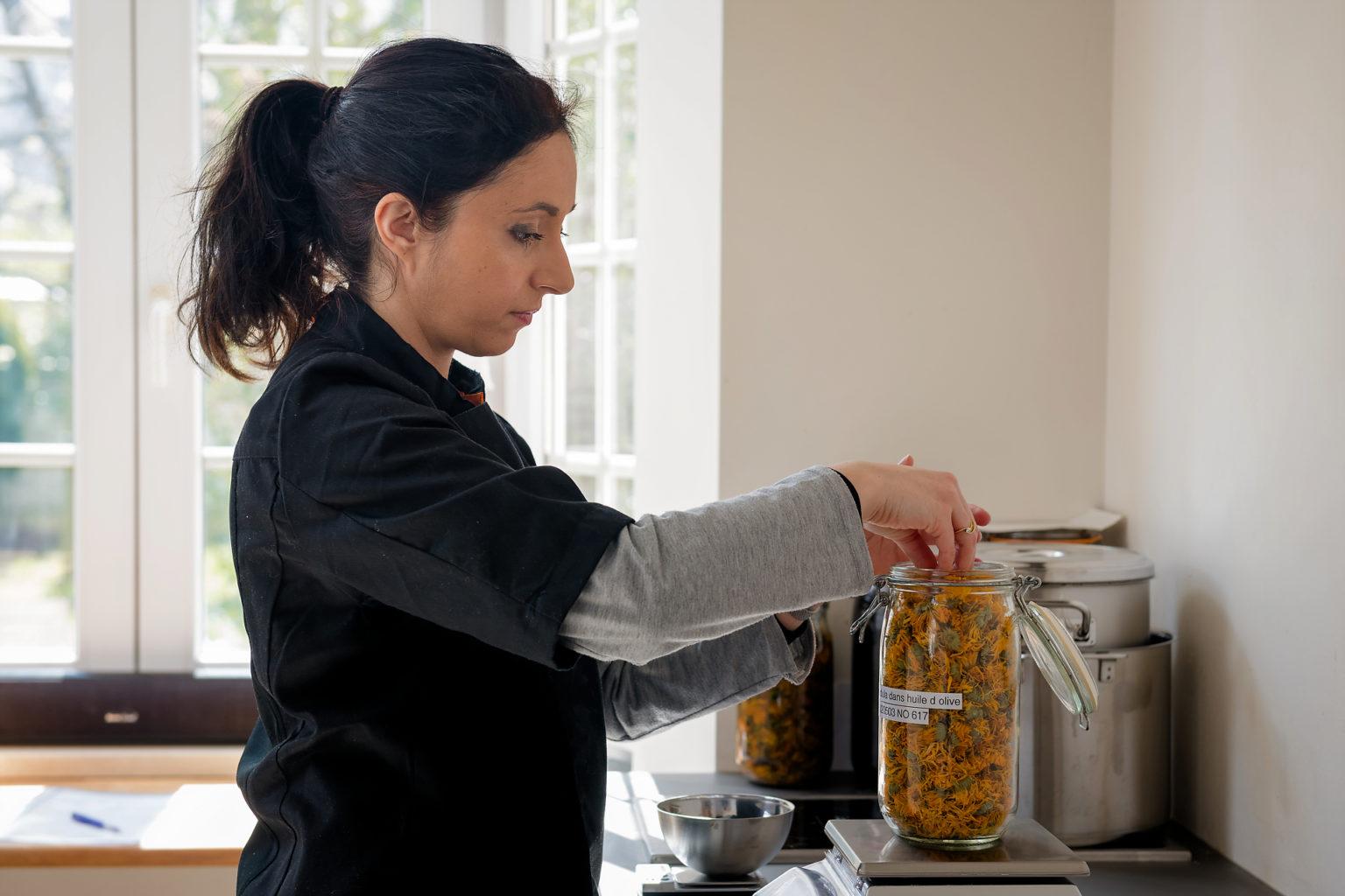 Aline Assadourian en pleine préparation d'un macérat de calendula, Alinessence par Aurore Delsoir Photobiographe